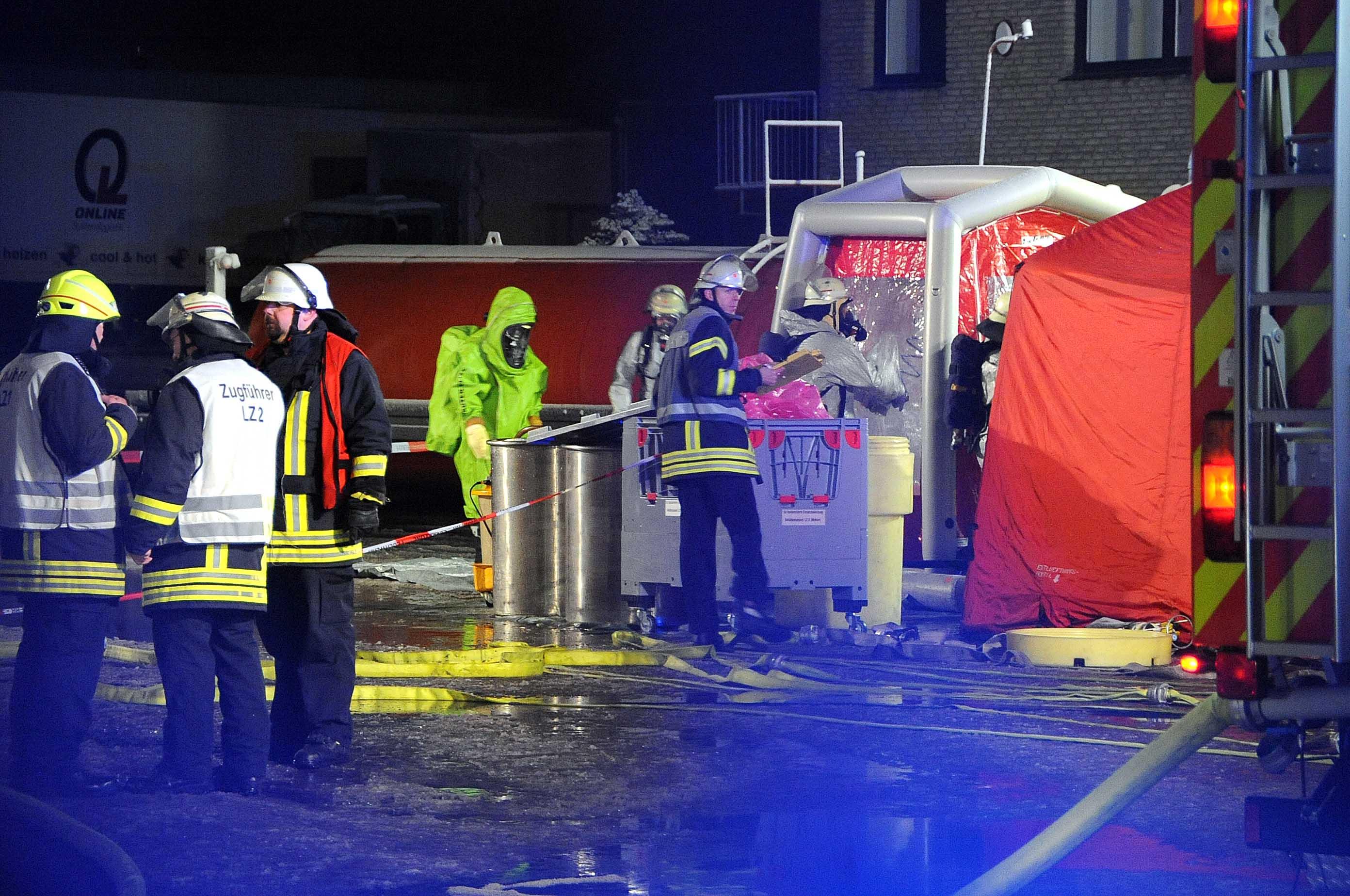 Die Feuerwehr Bergkamen half mit Schutzanzügen.
