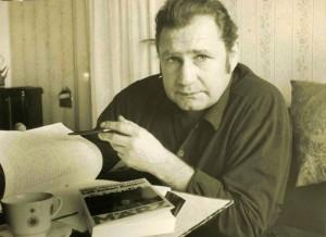 "Hans Henning Claer mit seinem handgeschrieben Manuskript und dem Buch ""Lass jucken Kumpel""  Foto: Ulrich Bonke"