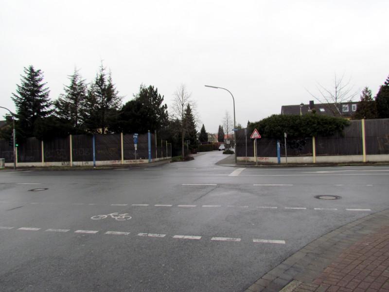 Die Kreuzung Landwehrstraße / Auf der Alm / Geschwister-Scholl-Straße könnten vielleicht doch in einen Kreisverkehr umgewandelt werden.