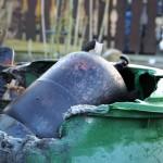 Eine der beiden Gasflaschen, die die Feuerwehr aus der abgebrannten Laube geborgen hatte. Foto: Ulrich Bonke