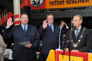 Bürgermeister Roland Schäfer vereidigt Dietmar Luft (l.) und Ralf Klute