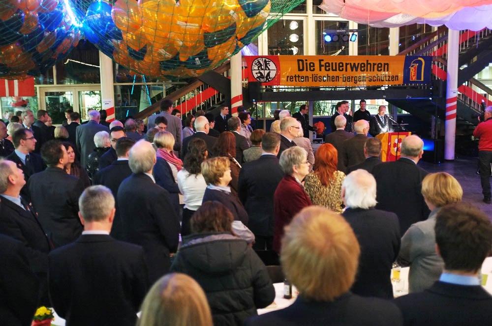 Alle stehen auf für die Vereidigung von Dietmar Luft und Ralf Klute durch Bürgermeister Roland Schäfer.