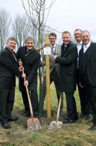 """Landesinnenminister Ralf Jäger pflante mit prominenter Unterstützung auf der Ökologiestation einen Obstbaum der Sorte """"Dülmener Herbstrosenapfel"""""""