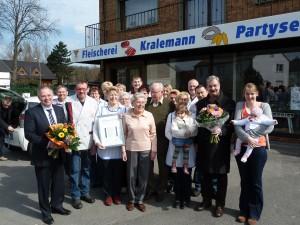 Die Familie Kralemann und ihre 14 Mitarbeiter freuen sich über die Glückwünsche der KReis-Handwerkerschaft zum 50-jährigen Firmenbestehen.