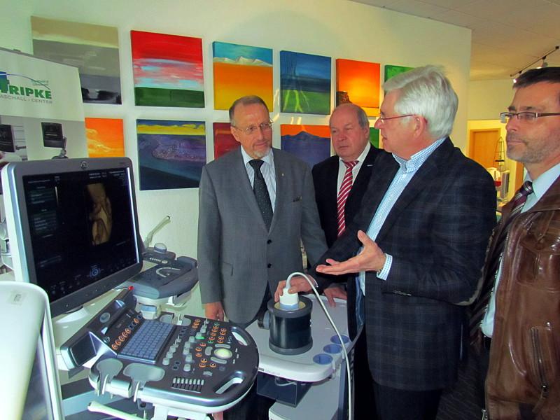 Manfred Tripke (2.v.r.) stellt seinen Besuchern ein hoch modernes Ultraschallgerät vor.