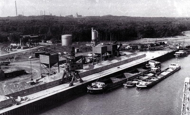 Klöckner-Hafen um 1965. Im Hintergrund die Waldungen des Großen Holzes und dahinter links die Industrieanlagen in Bergkamen (Schering und die Zeche Grimberg I-II).