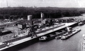 13_1 Klöckner-Hafen um 1965. Im Hintergrund die Waldungen des Großen Holzes und dahinter links die Industrieanlagen in Bergkamen (Schering und die Zeche Grimberg I-II). Foto: Stadt Bergkamen