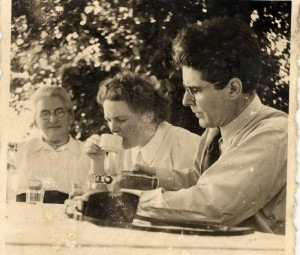 Walter Poller und Frau im Garten beim Kaffeetrinken