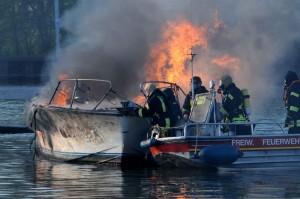 Nur unter schwerem Atemschutz konnte die Besatzung des Feuerwehrboots auf die andere Kanalseite schleppen.