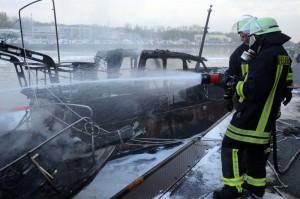 Mit einem Schaum-Wasser-Gemischt wurden die brennenden Boote auf der Kanal-Nordseite gelöscht.