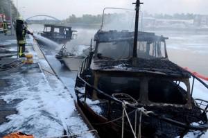 Das Feuer hatte die fünf Boote innerhalb kurzer Zeit zu Schrott gemacht.