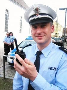 Kommunikativ & abhörsicher: Polizeioberkommissar Dennis Witte und das Handy-ähnliche, digitale Funkgerät. (Fotos und Text: Andreas Milk)