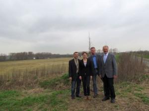 Freuen sich über denn möglichen Ansiedlungserfolg im Logistikpark A2 (v.l.): Bergkamens Wirtschaftsförderer Walter Kärger, Sabrina Schröter, Rainer Sprungmann und Bürgermeister Roland Schäfer.