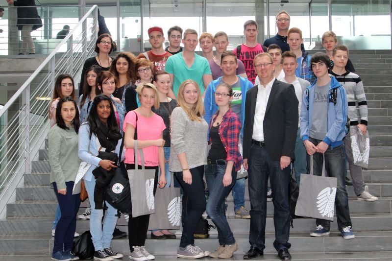 """Realschüler aus Bergkamen besuchen """"ihren"""" Bundestagsabgeordneten Oliver Kaczmarek an seinem Arbeitsplatz im Bundestag."""