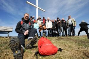 """Oliver Kaczmarek und die IGBCE-Mitglieder aus Kamen und Bergkamen, die er zur Wanderung mit dem """"Roten Rucksack"""" eingeladen hatte."""
