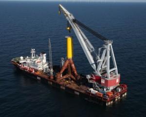 Das Schwerlastschiff Stanislav Yudin transportiert den letzten der insgesamt 40 Tripods zum Baufeld.