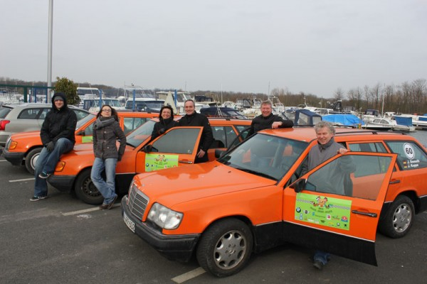 Die Teilnehmer der Orient-Rallye mit ihren Autos.