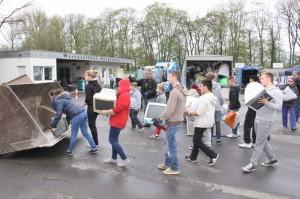 Schükler der Willy-Brandt-Gesamtschule liefern ihren Elektroschrott auf dem Wertstoffhof ab.