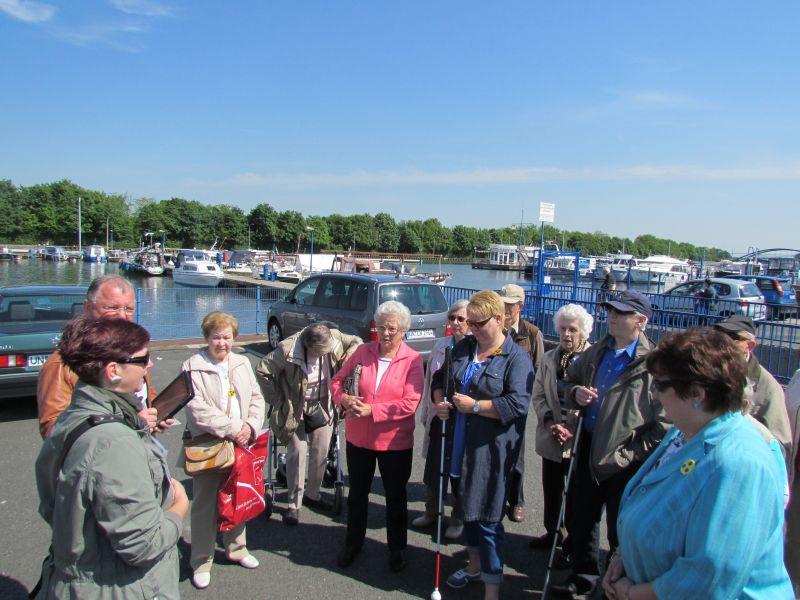 Die Gästeführer Andrea Wissmann und Detlef Göke bringen den Ausflüglern des Blinden- und Sehbhindertenvereins näher.