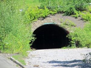 Der Eingang zu Tunnel in den Bergehalden. Nach etwa zehn Metern ist er gesperrt.