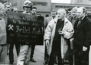Mit den um ihre Arbeitsplätze kämpfenden Bergleute zeigte sich der Schriftsteller Max von der Grün stets solidarisch. Dieses Foto zeigt ihn beim Besuch der Mahnwache vor dem Bergwerk Monopol in Bergkamen 1993. (Foto: Ulrich Bonke)