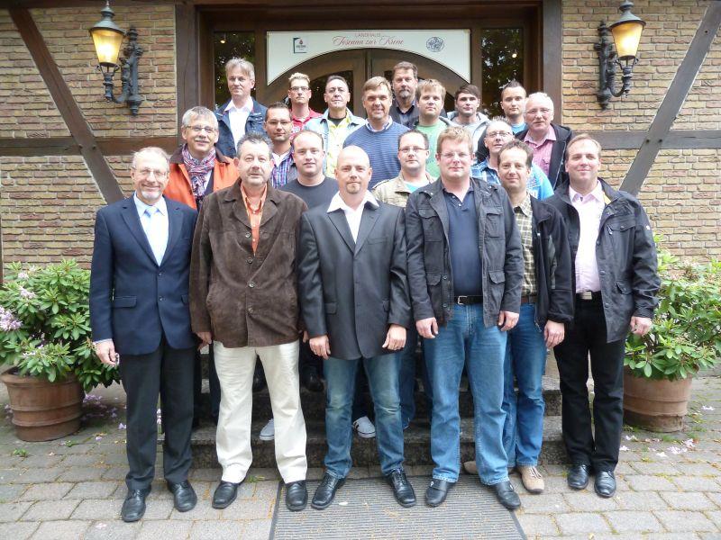 Bürgermeister Roland Schäfer (vorne links) hat am Mittwochabend die 18 Fluthelfer und ihren Chef Dietmar Luft zum Essen eingeladen - als Dank für ihren Einsatz. Foto: Claudia Behlau