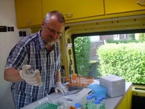 Harald Gülzow bei der Arbeit im Labormobil