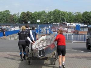 An der Slippanlage des Hafenmeisters in der Marina Rünthe wird das Drachenboot zu Wasser gelassen.