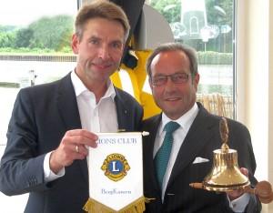 Der neue Präsident Reinhard Krause (re) bekommt die traditionelle Lions-Glocke von seinem Vorgänger Markus Masuth überreicht