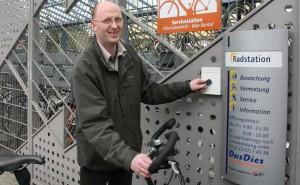 Mithilfe eines Chips lassen sich die Türen zu den Radstationen im Kreis öffne. Ihn gibt es jetzt auch für Gelegenheitsparker mit der Abrechnung am Monatsende.