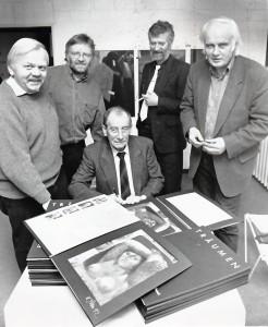 """Präsentation der Mappe """"träumend"""" mit Willi Sitte (sitzend), links Heinrich Peuckmann und rechts Dieter Treeck."""