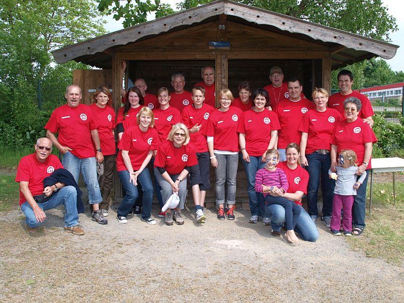 Die zahlreichen Helferinnen und Helfer beim Sommerfest der TuRa-Leichtathletikabteilung.