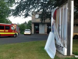 Die Zerstörung des beleuchteten Schilds vor ihrem Gerätehaus hat die Weddinghofer Feuerwehrleute sehr getroffen. (Foto: Ulrich Bonke)