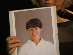Ein Abschiedsgeschenk des Kollegiums: ein Foto von Silke Kieslich in ihrer Anfangszeit am Bergkamener Gymnasium.