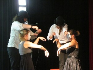 """Der Literaturkurs präsentierte die Pantomime """"Marionetten""""."""
