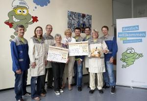 Mitarbeiterinnen und Mitarbeiter der Mikrobiologie bei der symbolischen Spendenübergabe an Marion Acar (4. v. l.), Verein für Reittherapie, und Irmgard Wiek (5. v. l.) vom St. Vinzenz-Jugendhilfe-Zentrum.