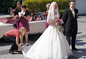Sinah Wache zupft noch einmal das Brautkleid zurecht, bevor es zur Trauung geht.