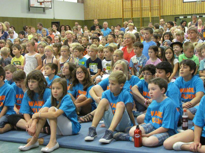 Schulabschlussfeier in der Turnhalle