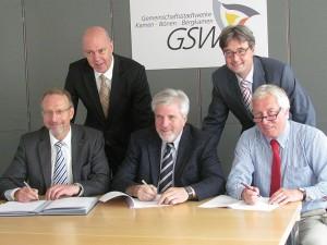 Der Konzessionsvertrag fürs Stromnetz ist unterschrieben (v.l.) Roland Schäfer, Jochen Baudrexel, Hermann Hupe, GSW-Geschäftsführer Robert Stams und Rainer Eßkuchen.