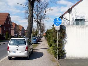 Der Schotter auf dem Gehweg an der Overberger Straße soll laut Wunsch der Rünther SPD durch Asphalt oder Pflaster ersetzt werden. Zudem möchte sie, dass künftig der Gehweg den Fußgängern vorbehalten bleibt.