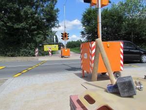 Ganze Arbeit: An der Industriestraße sind die Bordsteine abgesankt, die Ampel steht und die Pflastarbeiten sind auch schon fast erledigt.