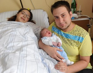 Celik Salihcan, hier mit den Eltern Hülya und Aytug, ist das letzte im Hellmig-Krankenhaus geborene Baby.