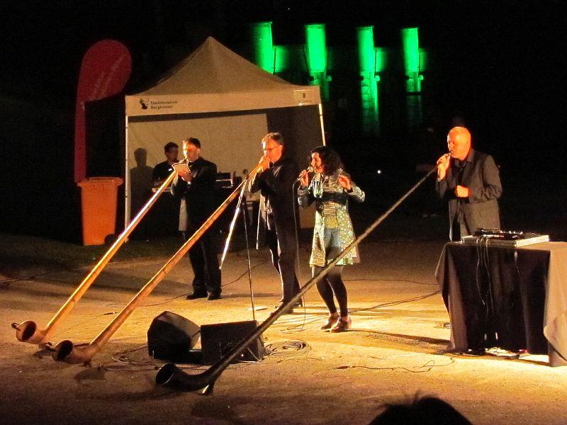 Alpcolgne spielt im stimmungsvoll illuminierten Bergkamener Römerpark