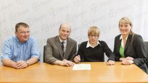 Bei der Unterzeichnung des Ausbildungsvertrags (v. l.): Bayer-Mitarbeiter Bernd Kemper, Personalleiter Dr. Jens Herold, Marcel Hüppe und Elisabeth Hegele, Firma NeuEinstellung Inklusive