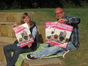 Kurturreferatsmitarbeiter Nina Schabrich und David Zolden haben das Kulturpicknck an der Arena im Römerpark geprobt.