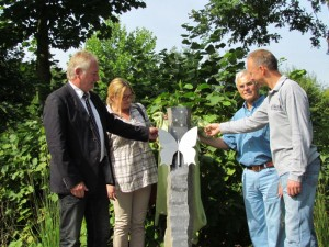 Enthüllung der Stele auf dem Schmetterlingsfeld des Bergkamener Parkfriedhofs (v.l.): Dr. Hans-Joachim Peters, Kerstin Kupfer, Wolfgang Kerak und Olaf Kerak