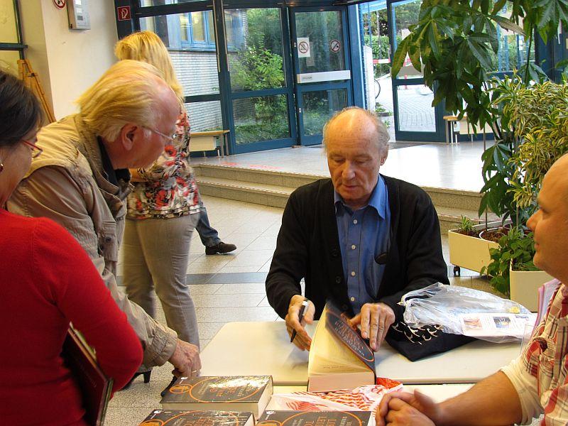 Eugen Drewermann signiert seine Bücher.