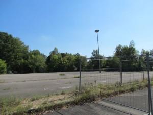 Auf dem Parkplatz, der schon seit zig Monaten Abgesperrt ist, könnte ein Gesundheitszentrum nach entsprechender Baugenehmigung sofort errichtet werden.
