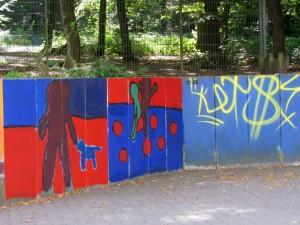 Mit Pinsel und bunten Farben hat das Gymnasium den hässlichen Graffitis den Kampf angesagt.