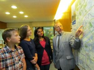 Empfang durch den Bürgermeister (v.l.): Justin (11) und Janine Schauten (14), Anuja Paingankar und Roland Schäfer.